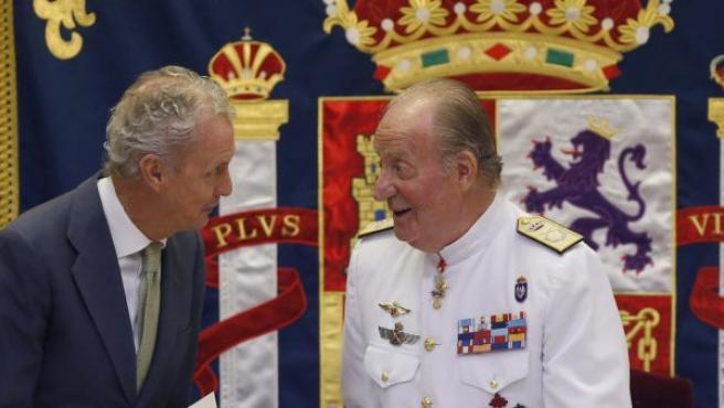 El rey Juan Carlos conversa con el ministro de Defensa, Pedro Morenés (i), durante la clausura del XIV Curso de Estado Mayor de las Fuerzas Armadas.
