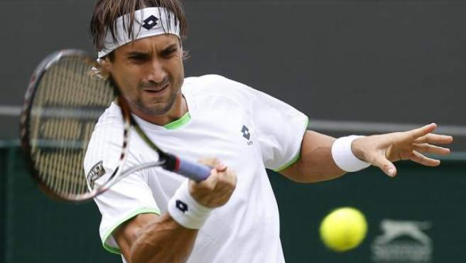 David Ferrer devuelve una bola en Wimbledon.