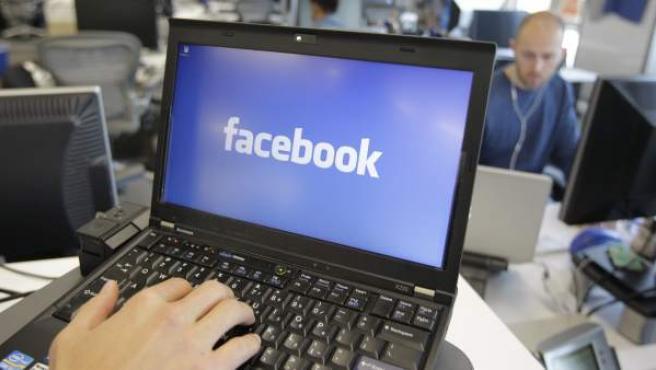 Logotipo de Facebook en un netbook.