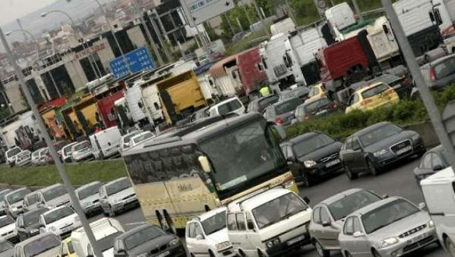 Atasco en una carretera de salida, en Madrid.