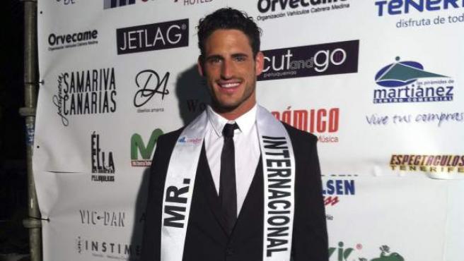 El malagueño Adrián Gallardo ha sido elegido nuevo Míster España Internacional en una gala que ha tenido lugar en el Lago Martiánez del Puerto de la Cruz, en Tenerife.