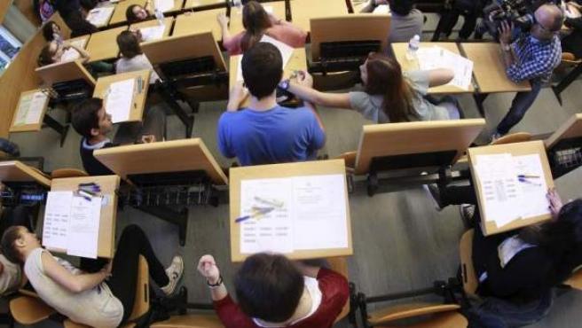 Un grupo de estudiantes examinándose, en una imagen de archivo.