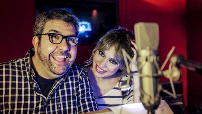 Imagen de la actriz y presentadora Patricia Conde (d), que presta su voz al nuevo personaje principal de 'Gru 2: mi villano favorito', Lucy, junto a Florentino Fernández 'Flo', que dobla a Gru.