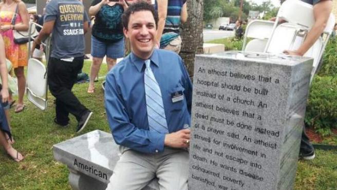 Imagen del monumento inaugurado en Florida (EE UU) dedicado al ateísmo (derecha).