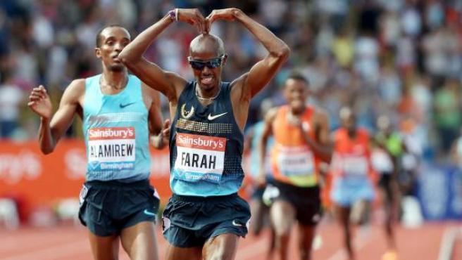 Mo Farah celebra su victoria en la prueba de 5.000 metros de la prueba de la Diamond League 2013 celebrada en Birmingham.