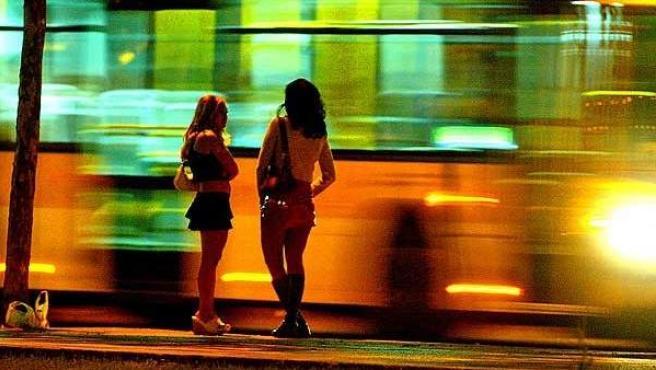 Dos mujeres que ejercen la prostitución, en una foto de archivo.
