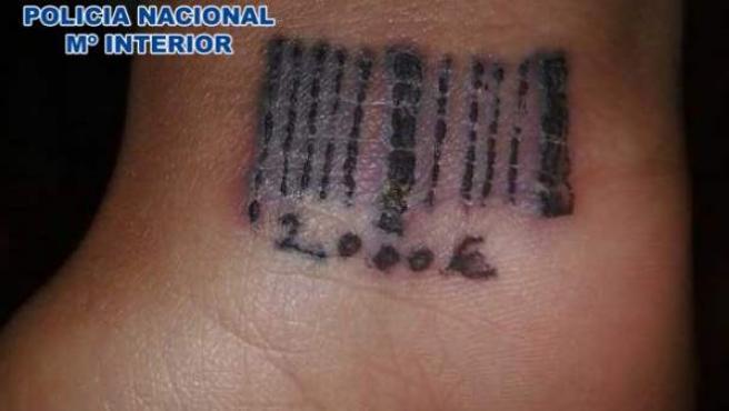 Tatuaje a una prostituta rumana con la deuda que debe en forma de código de barras.