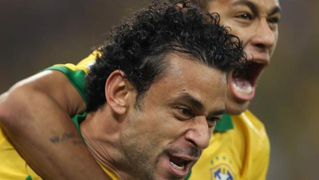 Neymar y Fred celebran uno de los goles de Brasil ante España.