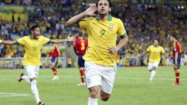 El delantero de la selección brasileña, Fred celebra el 3-0 ante España. La final, en imágenes.
