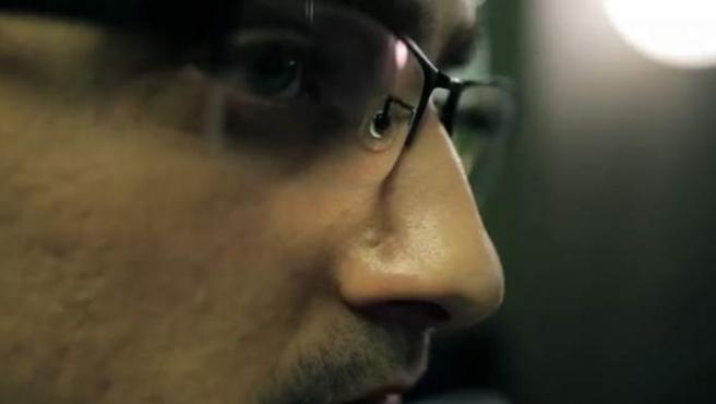 Captura de un momento de la película sobre Edward Snowden publicada en Youtube.