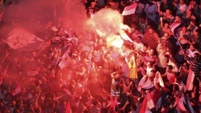 Varios egipcios que participan en la protesta convocada contra el presidente Mohamed Mursi para pedir su dimisión encienden bengalas en la plaza Tahrir de El Cairo.