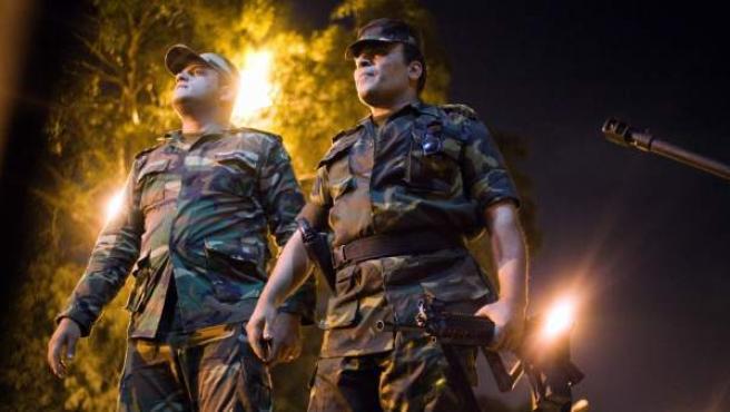 Militares egipcios observan mientras soldados celebran tras el discurso del ministro de Defensa egipcio, Abdel-Fattah Al-Sissi, el 3 de julio de 2013, en El Cairo (Egipto).