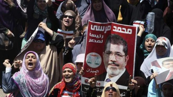 Simpatizantes del depuesto presidente egipcio Mohamed Mursi se manifiestan cerca de la mezquita Rabaa Adawiya en El Cairo (Egipto).