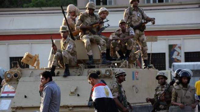 Un grupo de soldados egipcios vigilan de cerca las protestas de los simpatizantes del depuesto presidente Mohamed Morsi.