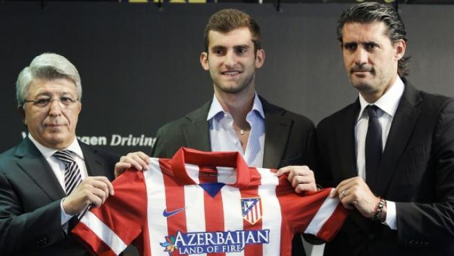 El presidente del Atlético de Madrid, Enrique Cerezo (i), y el el director deportivo, José Luis Pérez Caminero (d) junto a Leo Baptistao.