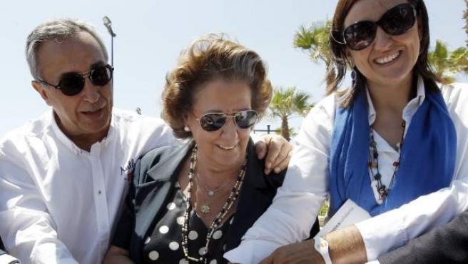 El presidente del Comité Olímpico Español (COE), Alejandro Blanco (i); la alcaldesa de Valencia, Rita Barberá (c), y la consellera de Cultura y Deporte, María José Catalá (d).