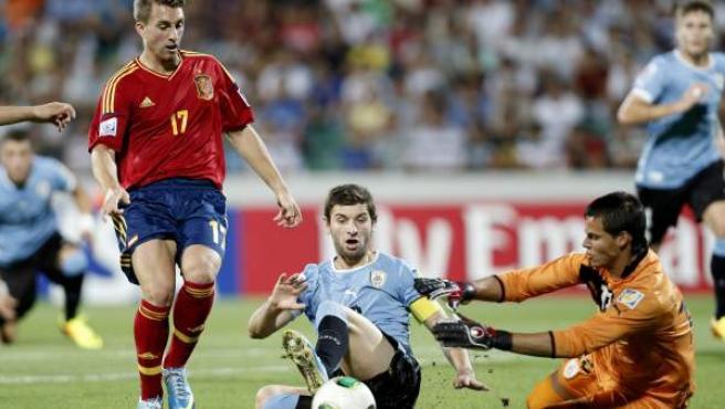 El jugador de la selección sub-20 Gerard Deulofeu trata de regatear al portero uruguayo.