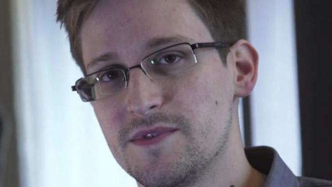 """Las revelaciones sobre el espionaje masivo de la Agencia Nacional de Seguridad de EE UU, hechas por el exempleado de la CIA Edward Snowden, han sido un 'shock' para la comunidad internacional. El autor de las filtraciones ha sido tachado de """"traidor"""" en su país. Gran parte de la comunidad internacional lo considera un héroe. Entre sus revelaciones, el espionaje realizado por parte de EE UU a varios líderes europeos a través de sus teléfonos móviles. Cronología del 'caso Snowden'."""