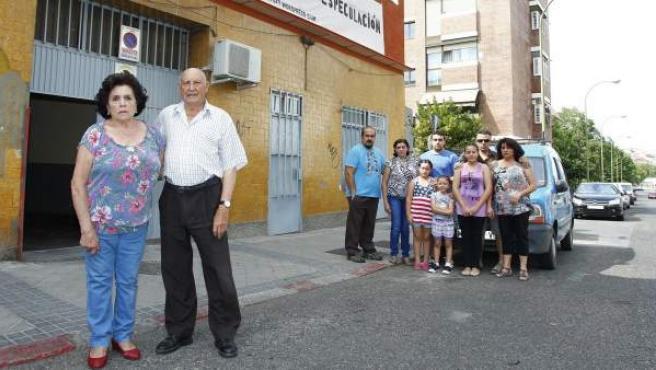 La familia Gracia-González, con Francisco y Luisa en primer plano, frente a la fachada de su vivienda en el número 29 de la madrileña calle de Ofelia Nieto.