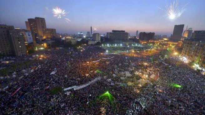 Decenas de miles de egipcios se reúnen en la plaza Tahrir de El Cairo en una protesta contra el expresidente Morsi.