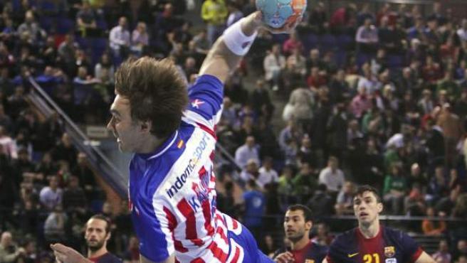 El rojiblanco Kallman ultima un lanzamiento en la semifinal de la Copa del Rey de Balonmano que enfrentó al Intersport Barcelona con el Balonmano Atlético.