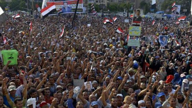 Cientos de simpatizantes del depuesto presidente Mohamed Mursi protestan este lunes durante una manifestación a las puertas de la mezquita Rabaa al Adawiya en El Cairo.