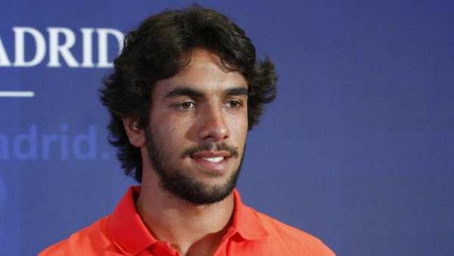 El defensa portugués Silvio Manuel Azevedo, 'Silvio', posa con la camiseta del Atlético de Madrid.