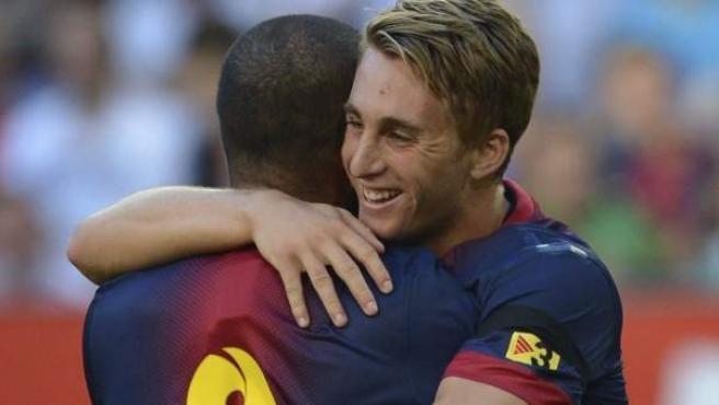 Gerard Deulofeu y Dani Alves celebran uno de los goles del Barça al Hamburgo.