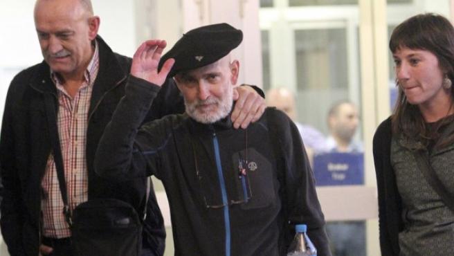 El preso de ETA enfermo de cáncer Iosu Uribetxebarria Bolinaga (c) sale del Hospital Donostia tras uno de sus ingresos.
