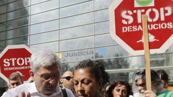 La portavoz de la Plataforma de Afectados por la Hipoteca en Valencia, Ana Blanco, conversa con el abogado de la asociación, Ricardo Cano, a las puertas de la Ciudad de la Justicia de Valencia.