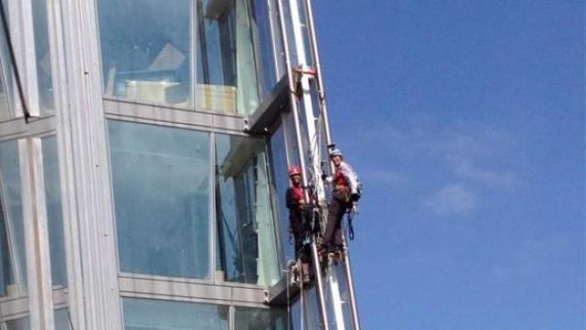 Imagen que muestra a las activistas escalando la torre The Shard de Londres.