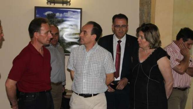 El consejero de Turismo y Comercio (centro) en Alcaracejos
