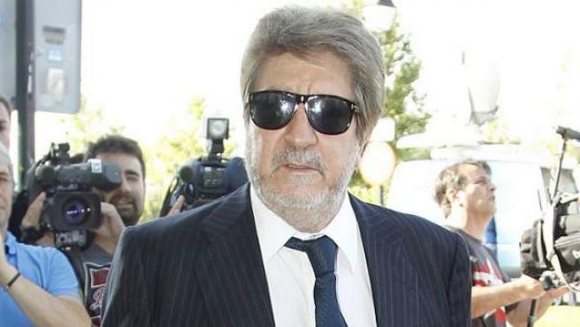 El marido de Concha García Campoy, Andrés Vicente Gómez, acude al entierro de la periodista fallecida el miércoles por leucemia.