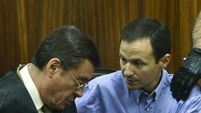 José Bretón mira a su abogado momentos antes de abandonar la sala de la Audiencia Provincial de Córdoba custodiado por agentes de la Policía Nacional. El jurado popular declaró por unanimidad a Bretón culpable del asesinato de sus hijos Ruth y José en 2011.