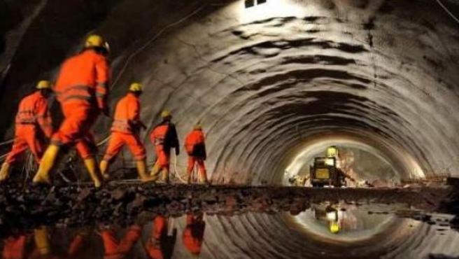 Imagen de archivo de trabajadores dentro de un túnel.