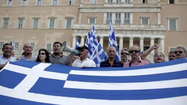 Militares jubilados gritan lemas durante una protesta contra las medidas de austeridad y las reformas acometidas por el gobierno, frente al Parlamento en Atenas, Grecia.