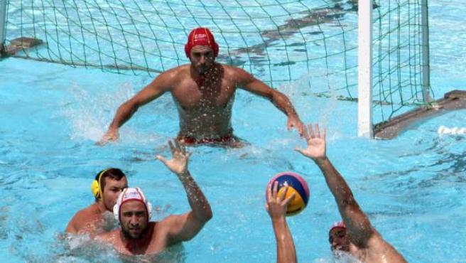 Alberto Hunárriz, portero de selección española de waterpolo, aguarda el lanzamiento de un rival durante el XXV Trofeo Internacional de Waterpolo de Portugalete.