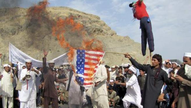 Afganos queman una bandera de Estados Unidos durante una protesta contra la difusión de un vídeo sobre la vida del profeta Mahoma, considerado blasfemo por los musulmanes y supuestamente producido en Estados Unidos, en Nangarhar Gani Khell, Afganistán. El Gobierno afgano ordenó la prohibición del sitio web Youtube en el país para evitar que sus habitantes vean el controvertido vídeo.