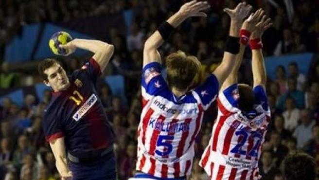 El lateral Ángel Montoro (izquierda) se dispone a lanzar un balón durante un partido contra el Atlético de Madrid.