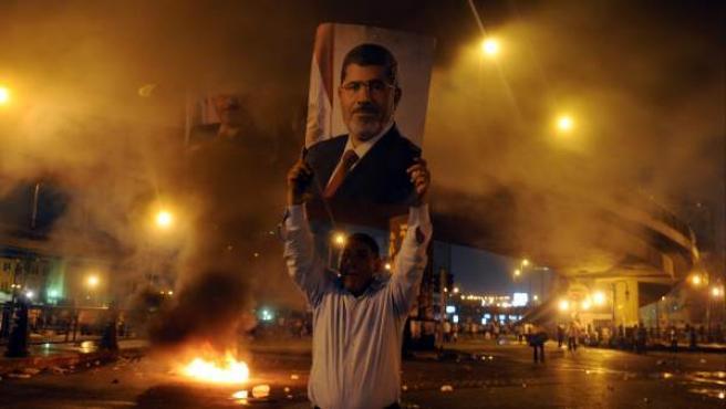 Un manifestante sostiene una fotografía del depuesto presidente egipcio Mohamed Morsi durante las manifestaciones de este lunes.