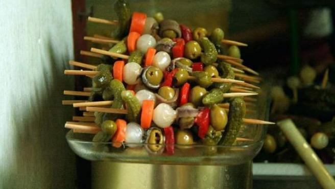 Una banderilla de pepinillo, boquerón, cebolleta y aceituna, solo 50-60 Kcal.