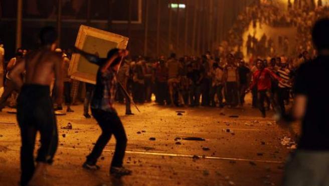 Manifestantes a favor y en contra del depuesto presidente egipcio Mohamed Mursi se enfrentan en la plaza Ramsés.