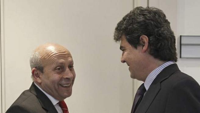 Wert conversa con Moragas en los pasillos del Senado.