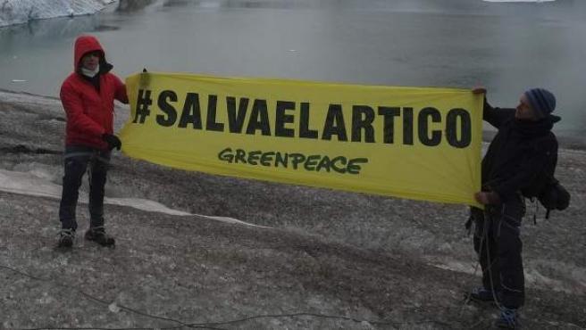 Alejandro Sanz (izq.), sosteniendo una pancarta en la zona de Kulusuk (Groenlandia), para pedir la protección del Ártico. (Foto cedida)