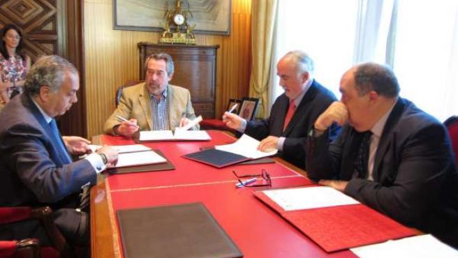 El alcalde Belloch firmando los convenios con las federaciones de baloncesto