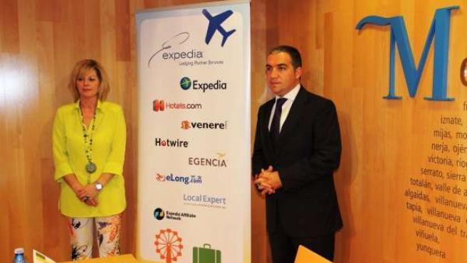 Expedia (Carrie Davidson) y el presidente de Diputación Elías Bendodo