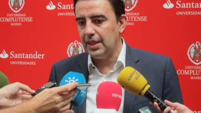 Mario Jiménez, atendiendo a los periodistas