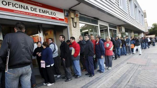 Decenas de personas esperan a las puertas de una oficina de empleo de Madrid, en una imagen de archivo.