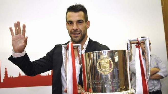 Álvaro Negredo posa junto a la Copa del Rey, el único título conquistado en sus cuatro campañas en el Sevilla FC, en su despedida de la entidad de Nervión.