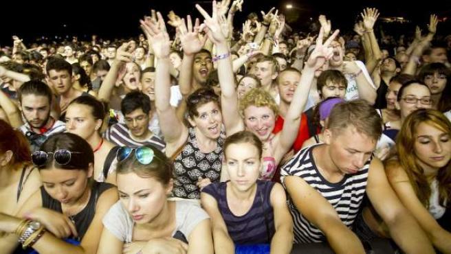 Miles de personas asisten al concierto de la banda estadounidense Beach House.